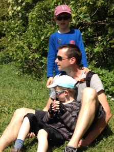 2 ti-gars avec leur Papa